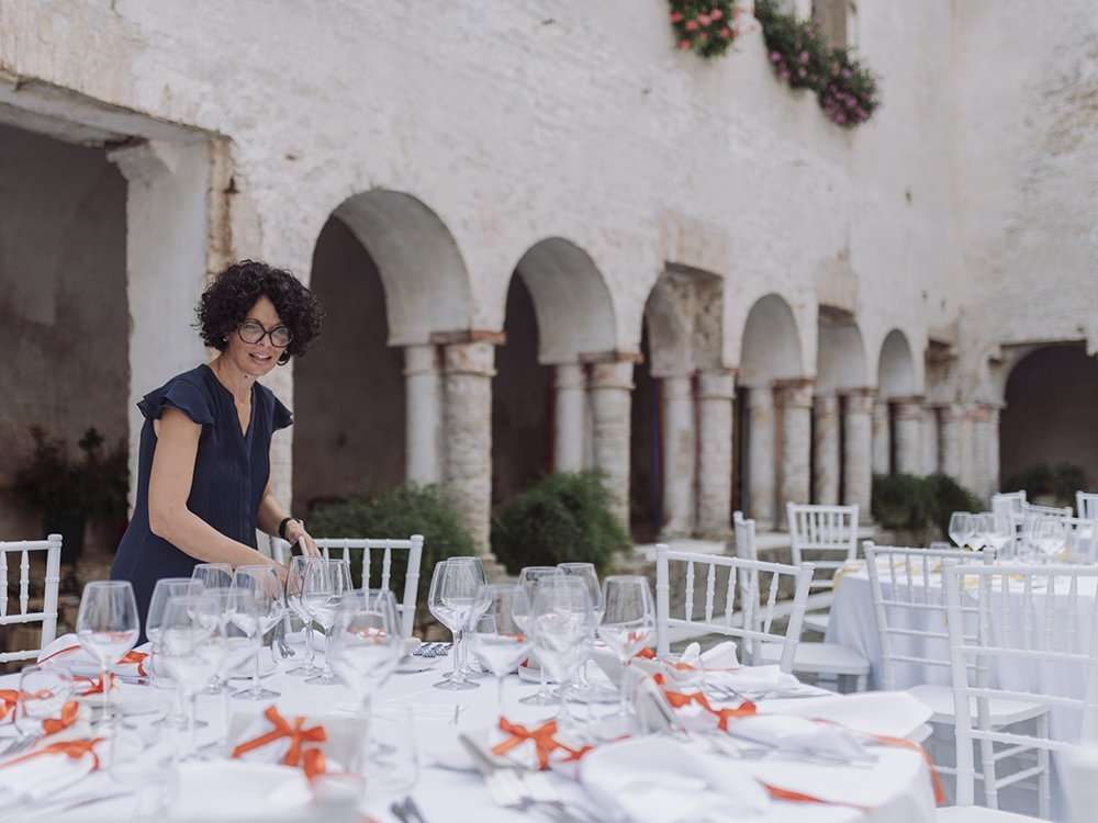wedding planner Maria Mayer durante i preparativi del matrimonio estivo a colori che controlla la mise en place