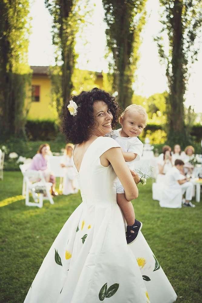 wedding planner Maria Mayer foto di Maria al suo matrimonio con abito in seta confezionato e dipinto a mano appositamente