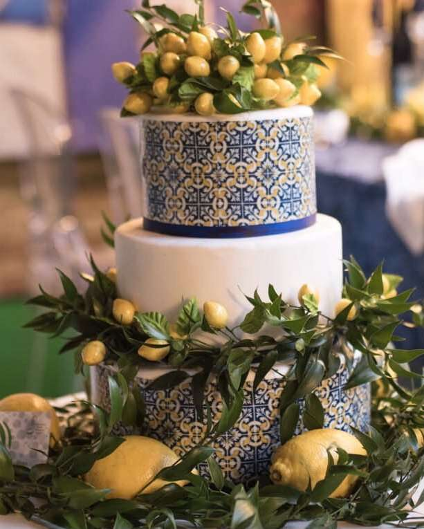 Torta nuziale decorata con limoni e maioliche tipiche di Amalfi